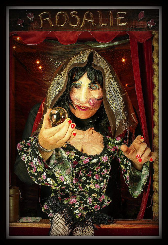 straattheater waarzegster Madame Rosalie